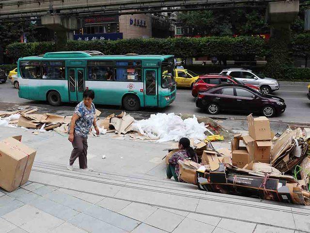 05_梱包材などの廃棄作業.jpg