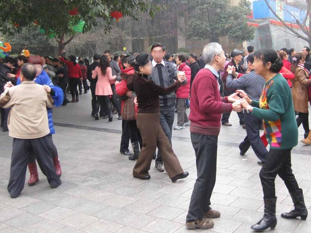 01_ダンスを楽しむ人達.jpg