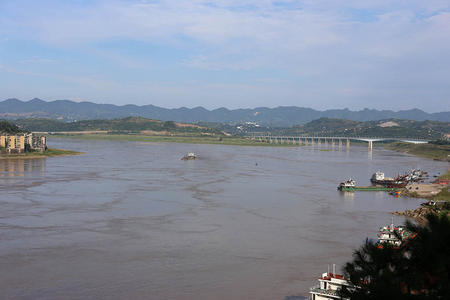 長江(右は広陽島長江大橋)