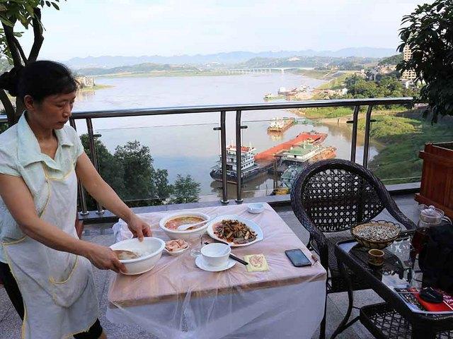 長江を眺めつつ夕食