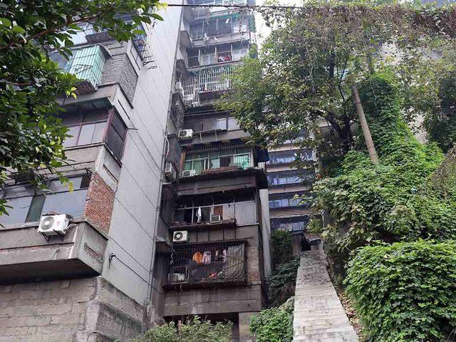 1_古い住宅街へ上がる急階段.JPG