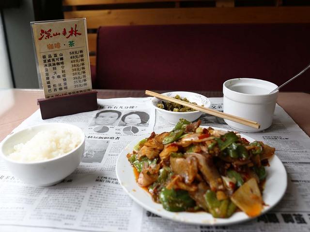 21_新聞紙の上でお食事.jpg