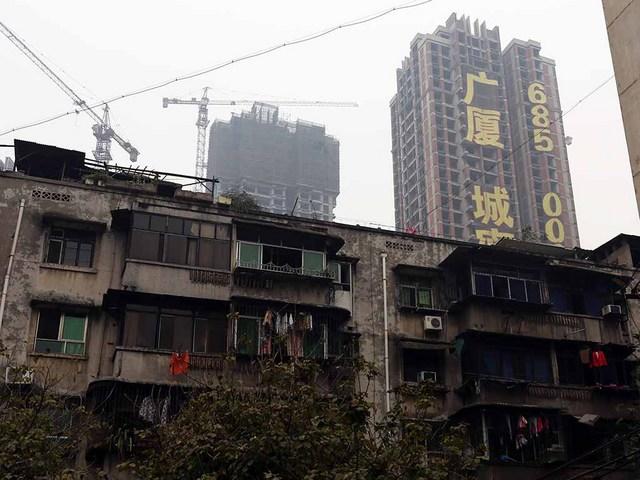 5_古い住宅街の先には高台にそびえる建設中高級マンション.JPG